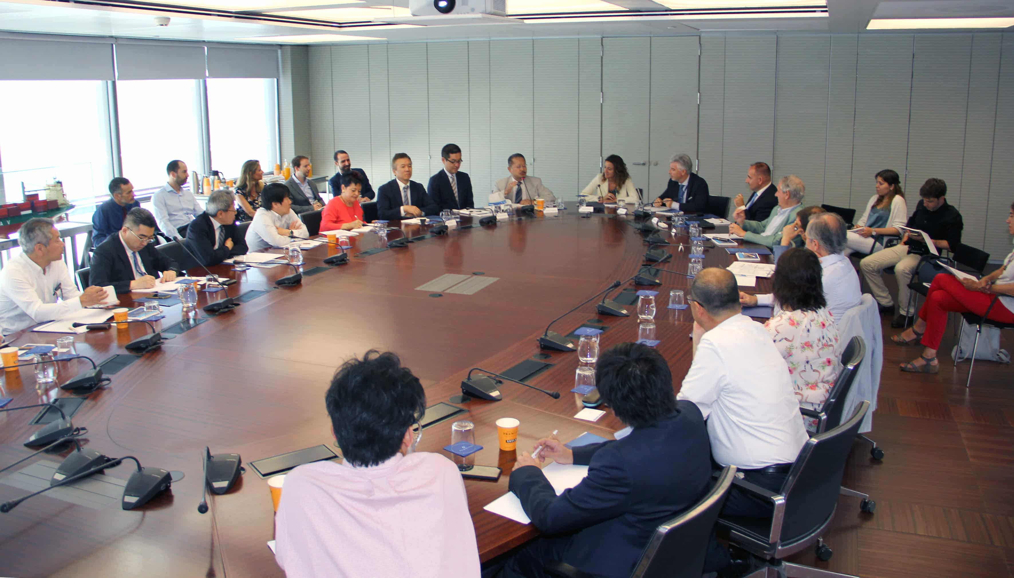 La comunidad empresarial japonesa visita el Puerto de Barcelona
