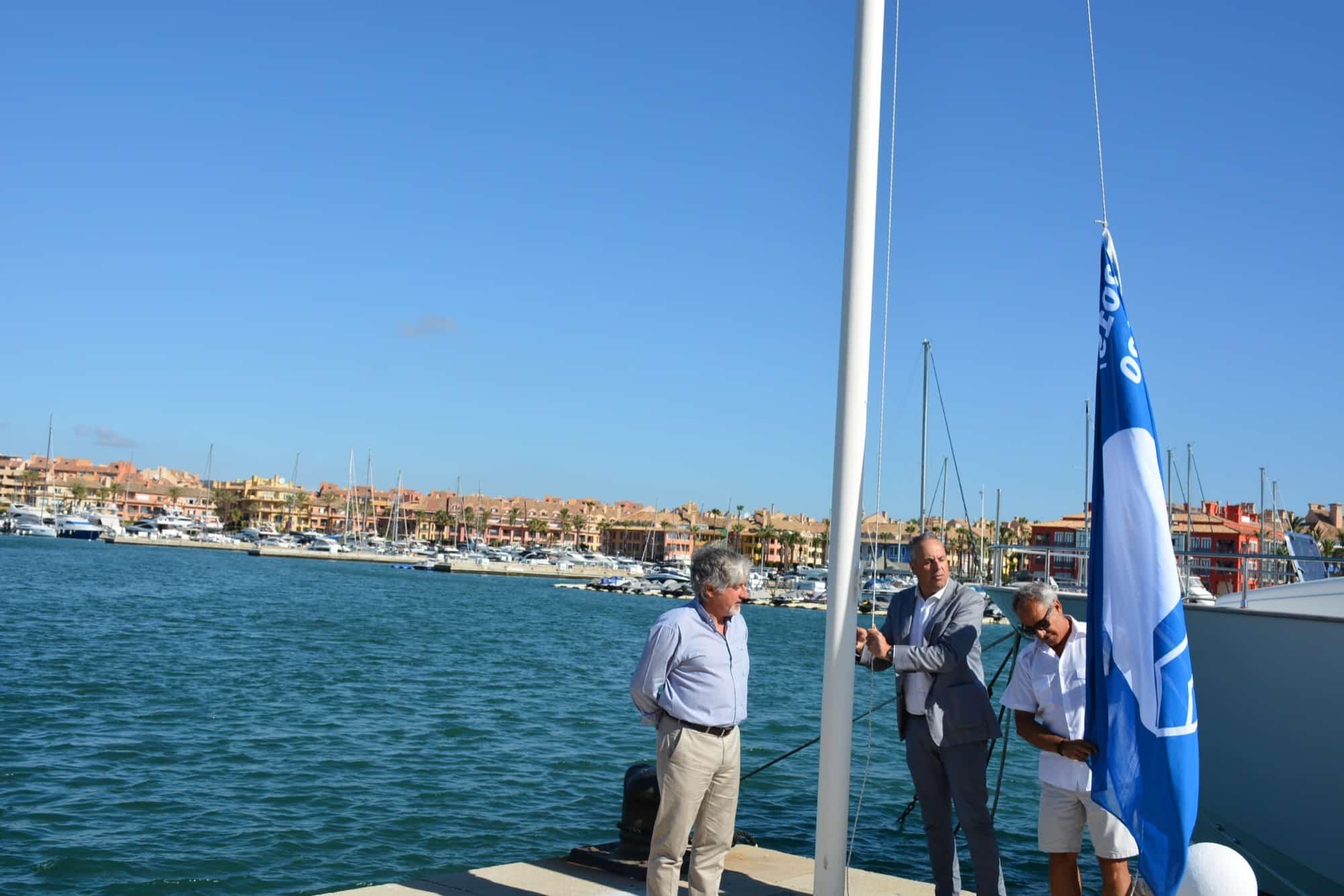 La Bandera Azul ondea de nuevo en el Puerto de Sotogrande