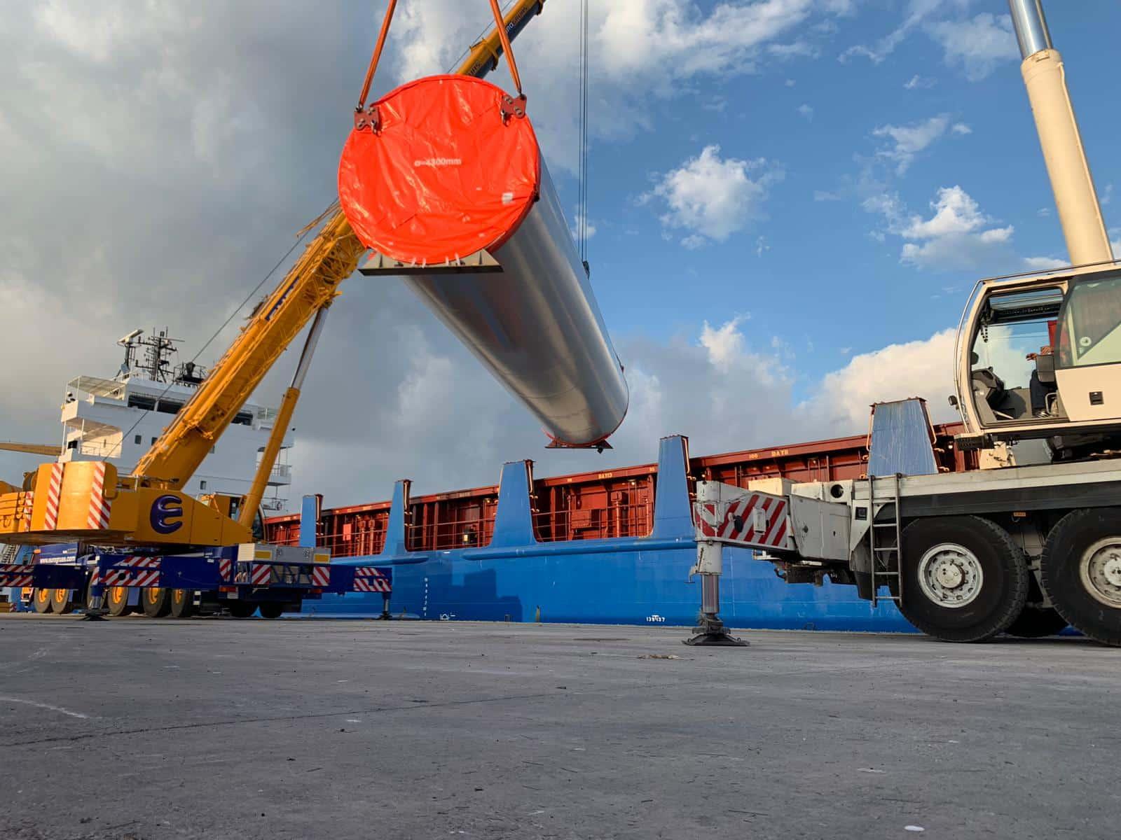 ECS 360 Logistics realiza el trasvase de piezas eólicas de grandes dimensiones