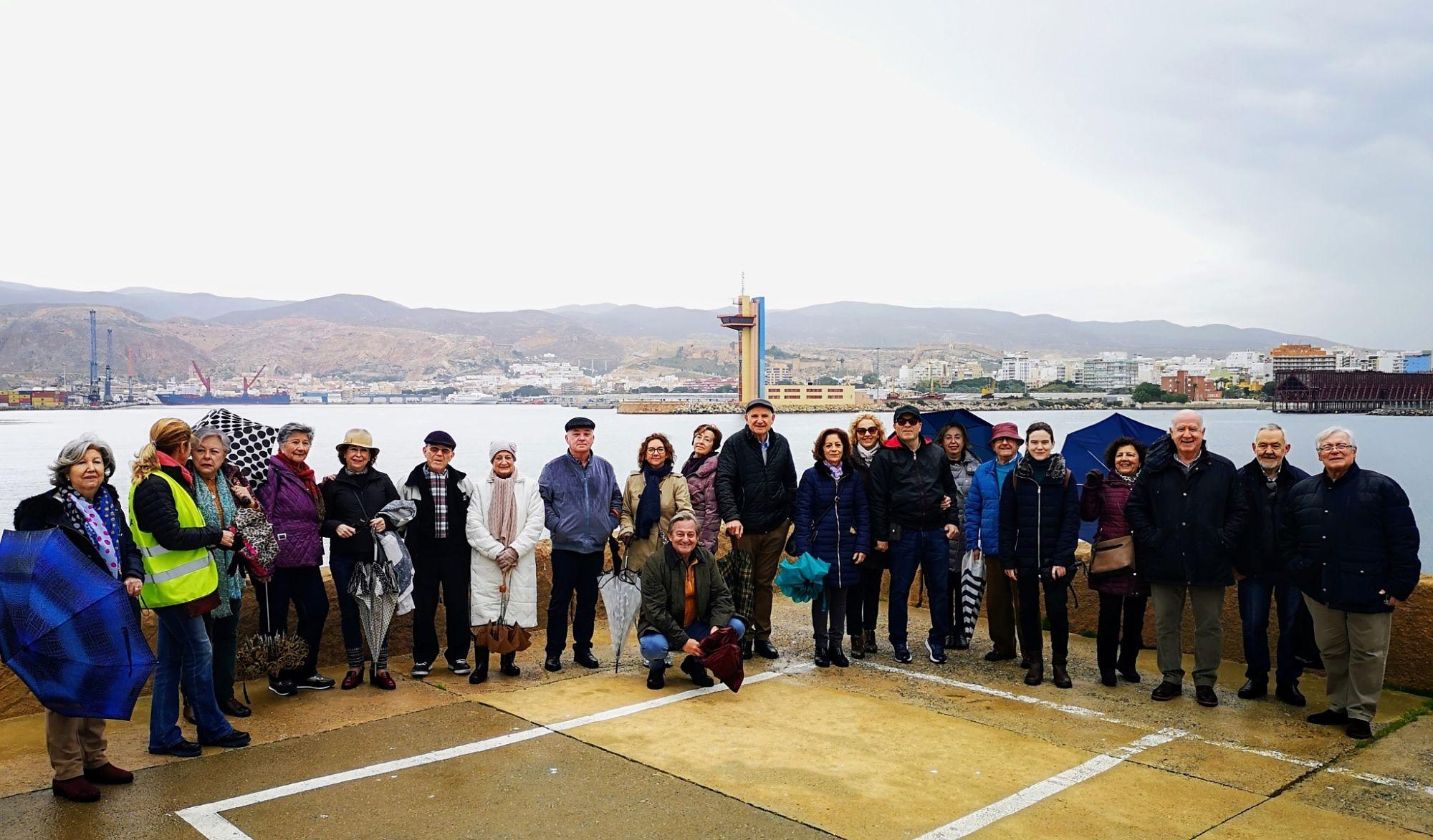 El Foro Almería Centro inicia en el Puerto su calendario de paseos por la ciudad
