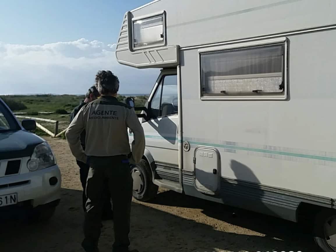 Ordenan desalojar a 33 autocaravanas en el Parque Natural del Estrecho