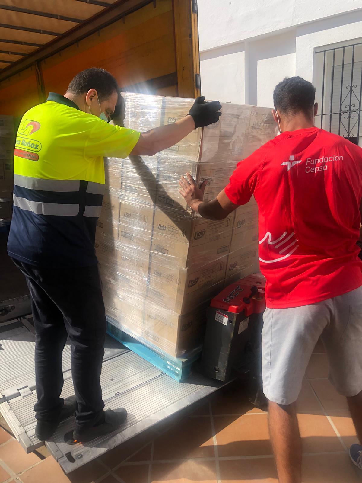 Las fundaciones Persán y Cepsa distribuyen una segunda entrega de detergente en el Campo de Gibraltar