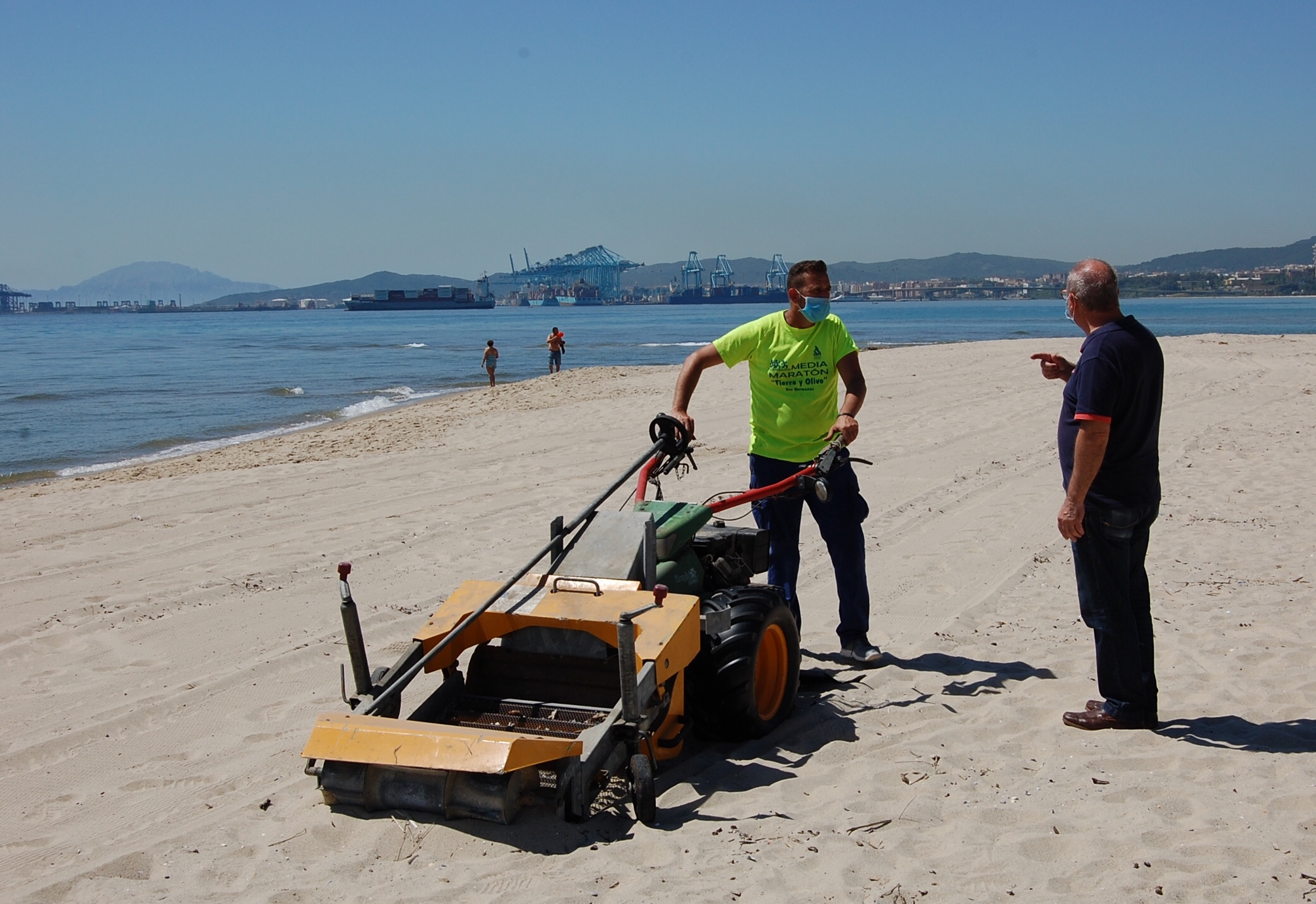 Trabajos de limpieza en la playa de Palmones ante la reapertura al baño del próximo 25 de mayo