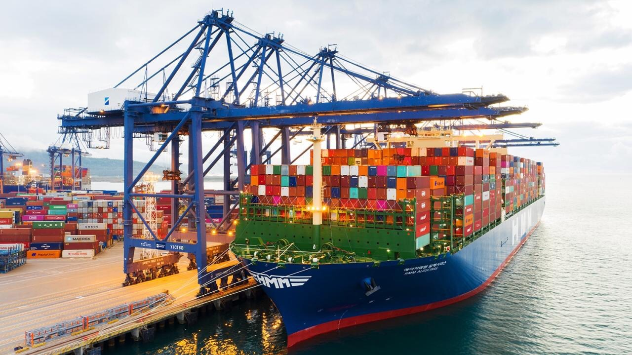 El HMM Algeciras ya ha puesto rumbo hacia Europa