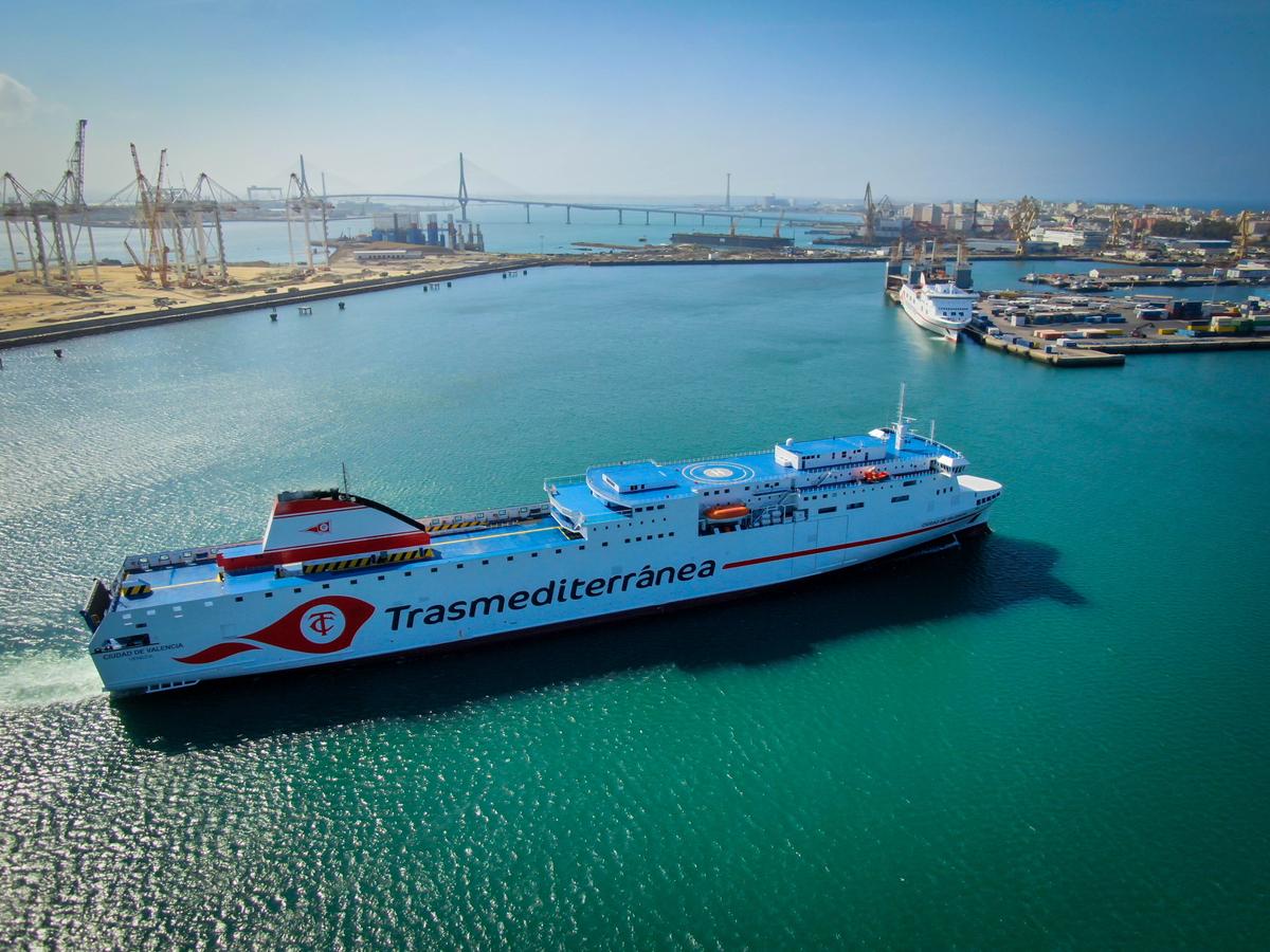 Armas Trasmediterránea estrena el ferry Ciudad de Valencia en la línea Cádiz-Canarias