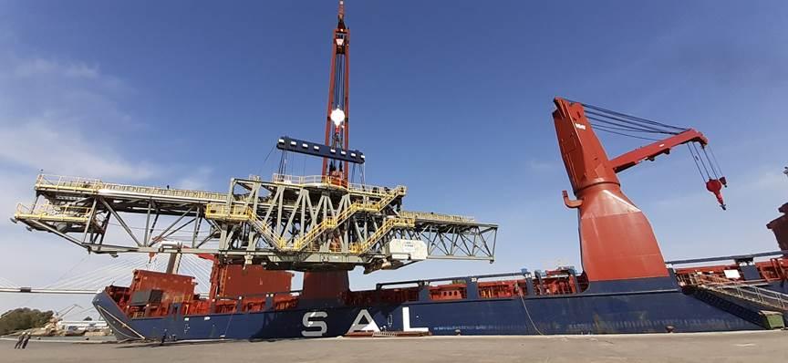 Un buque con grandes estructuras metálicas para un cargadero de cereal de Canadá zarpa del puerto de Sevilla