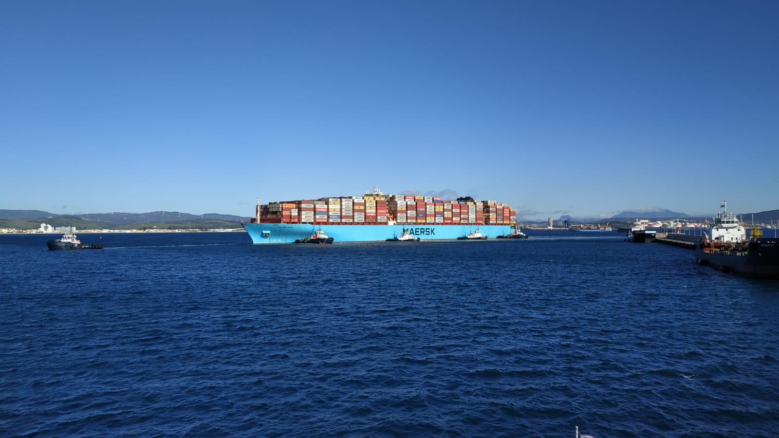 """El """"Maersk Elba"""" llega a Algeciras sin máquinas tras sufrir un incendio al sur de Portugal"""