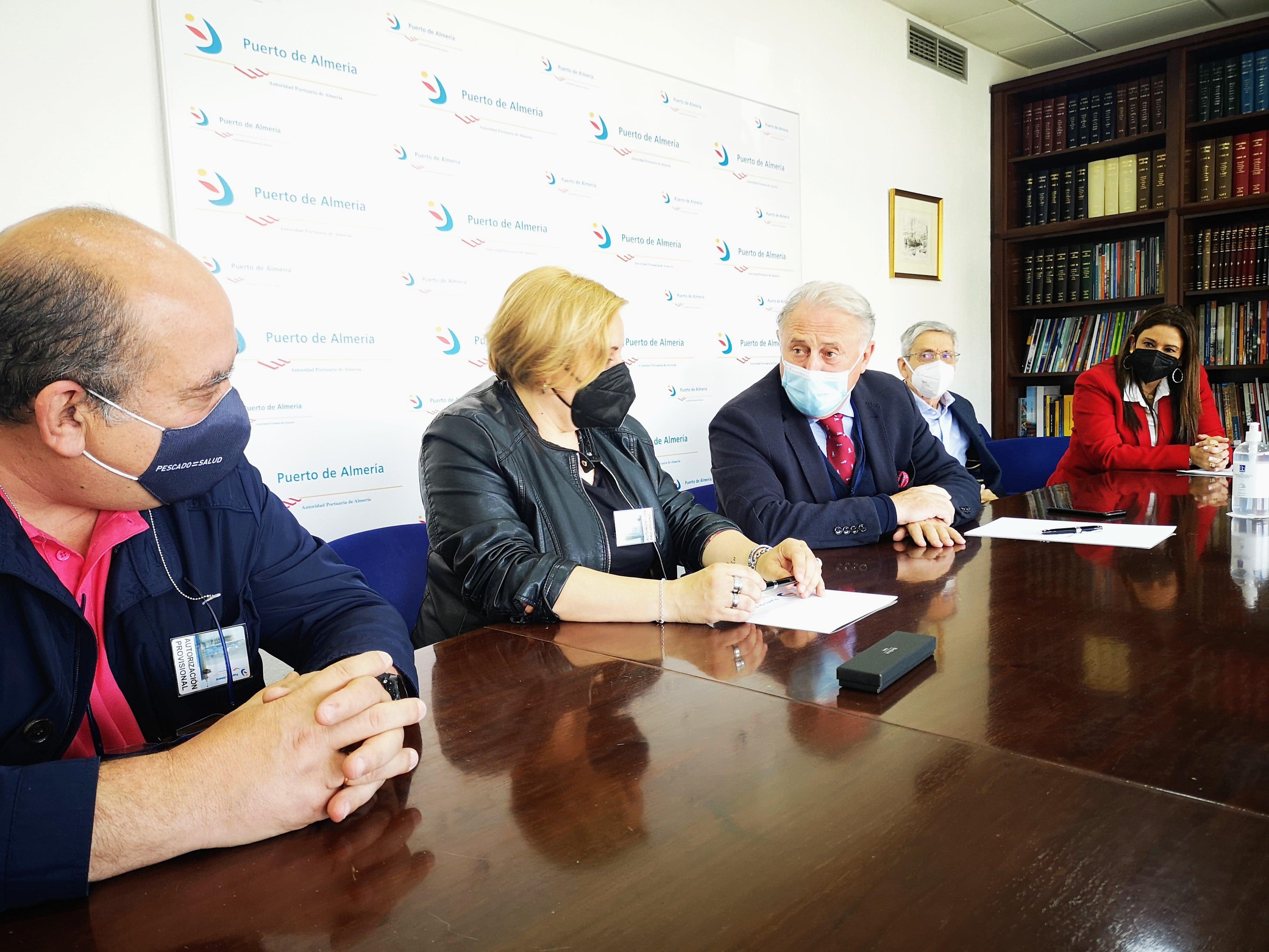 El Puerto de Almería y Asopesca firman un convenio para la gestión de residuos generados por barcos de pesca
