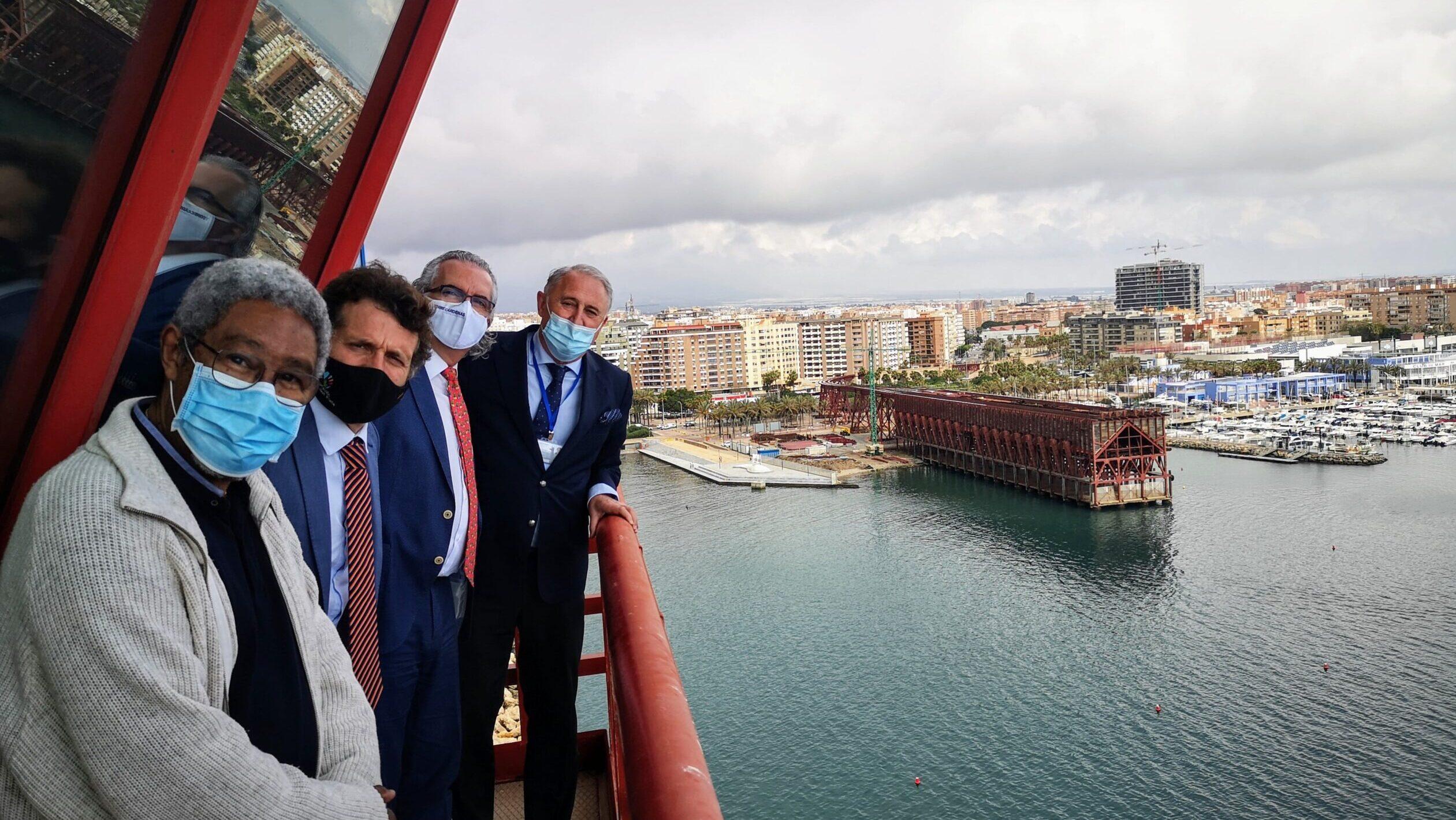 Dirigentes del Hospital Universitario Torrecárdenas, de visita en el puerto de Almería