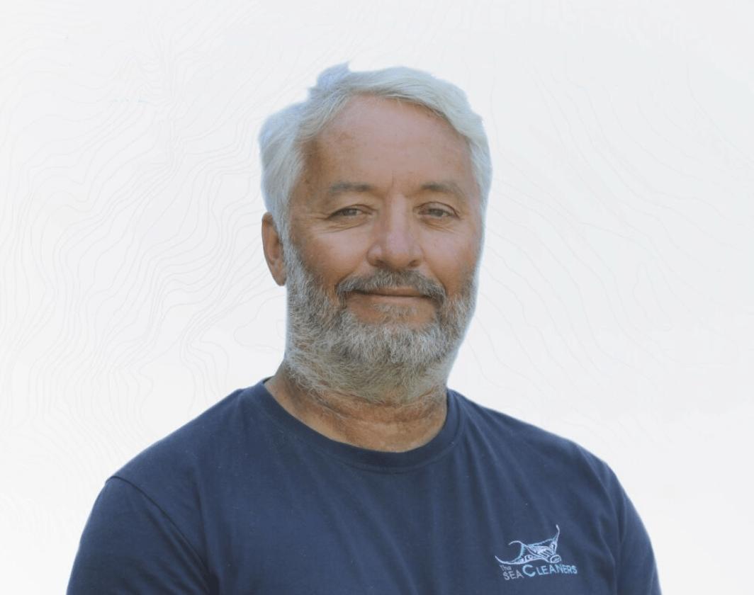 El regatista Yvan Bourgnon presenta 'Manta', un catamarán que limpiará de residuos plásticos los océanos en 2024