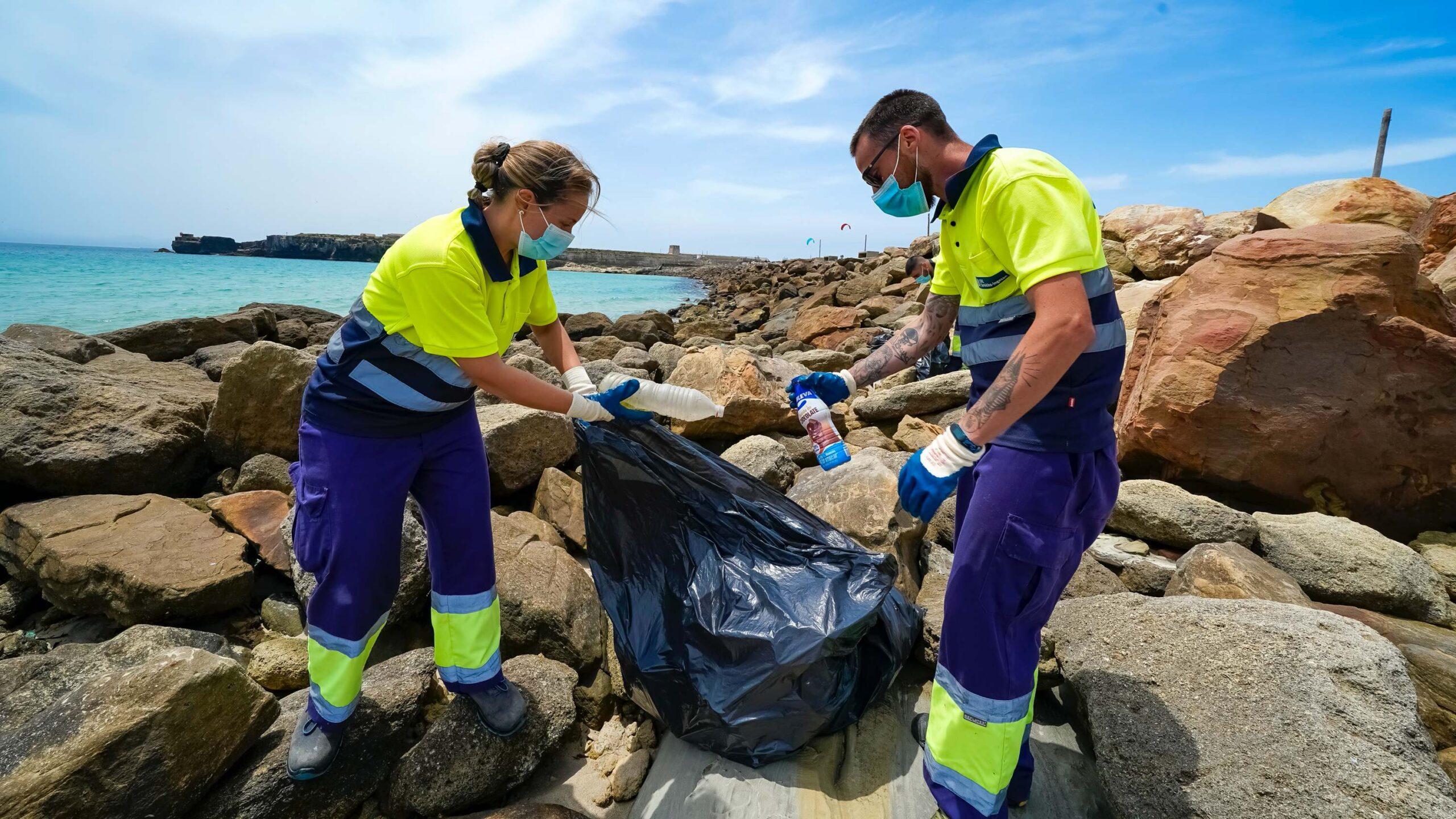 Arranca la tercera y última semana de limpieza del litoral de dominio portuario de Algeciras