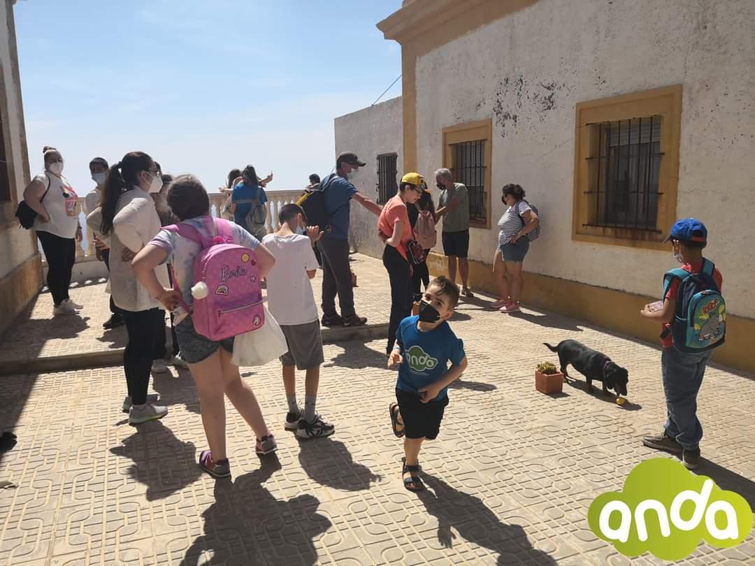 Un grupo de niños con discapacidad visita el faro de Mesa Roldán en Almería