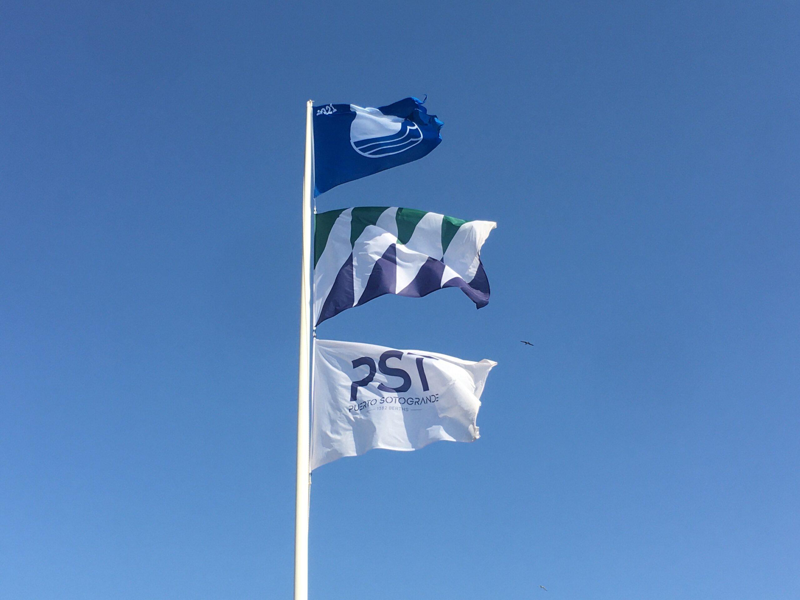 La Bandera Azul ondea por décimo año consecutivo en el Puerto Deportivo de Sotogrande