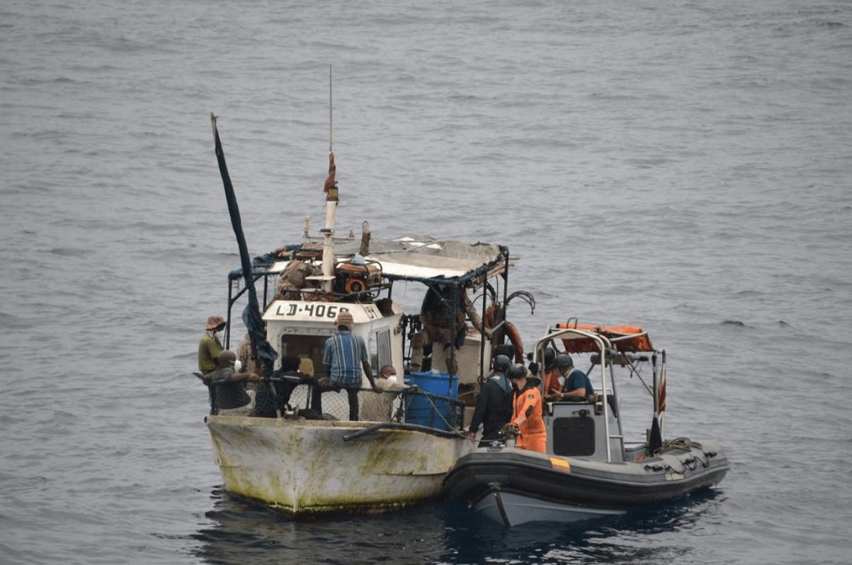 El patrullero de la Armada, 'Vigía', socorre a un pesquero tras cinco días a la deriva