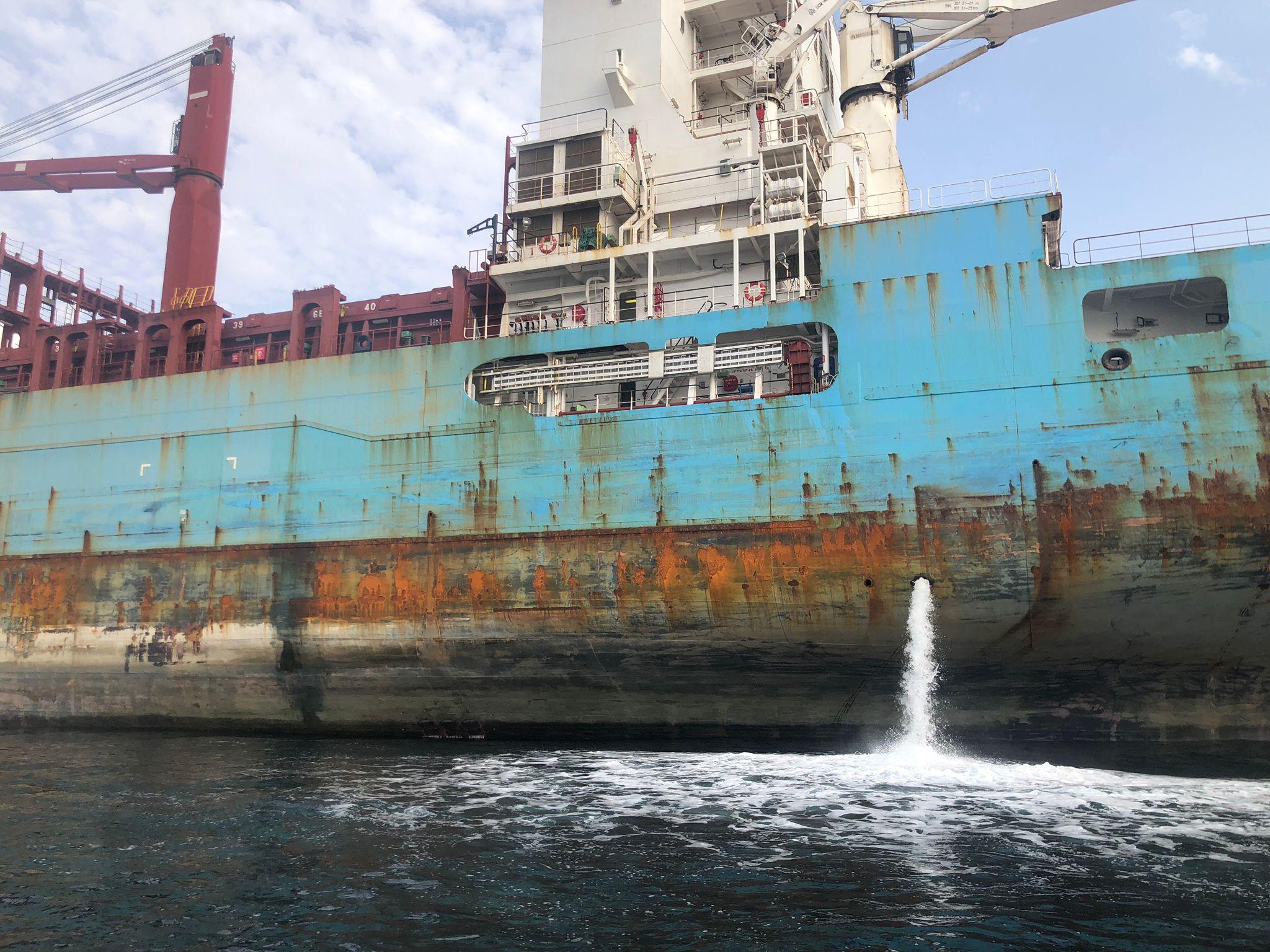 Las Autoridades Marítimas de Algeciras y Gibraltar colaboran para atajar un vertido de hollín en la Bahía
