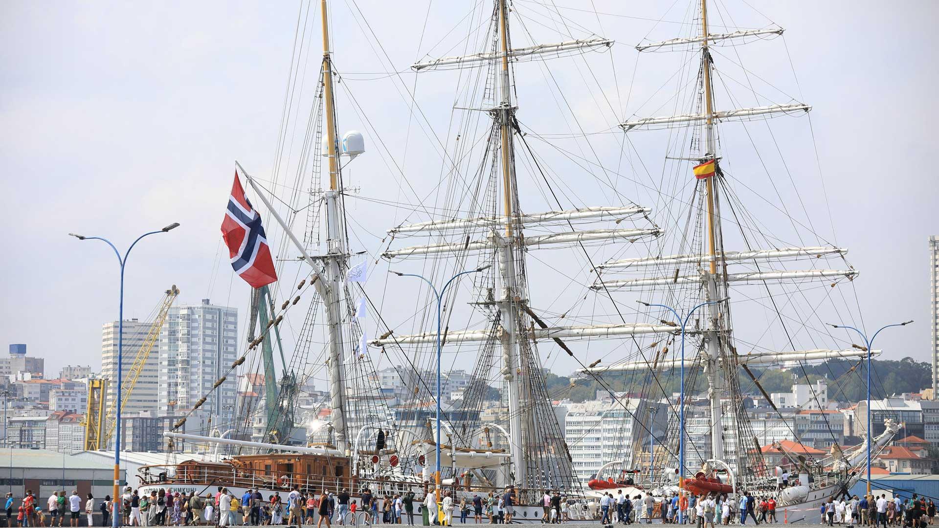 Un simulacro de rescate del Helimer y tres veleros singulares congregan a centenares de personas en el puerto de La Coruña
