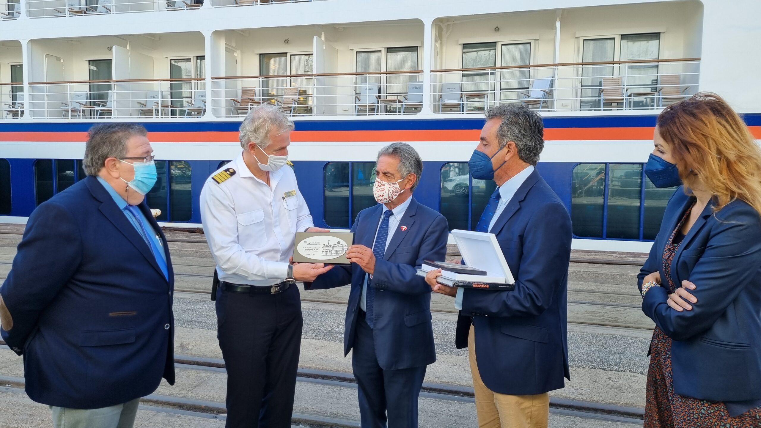 El crucero Hanseatic Nature visita por primera vez el puerto de Santander